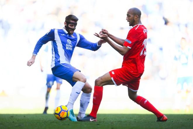 Steven N'Zonzi (r) in action against Espanyol.