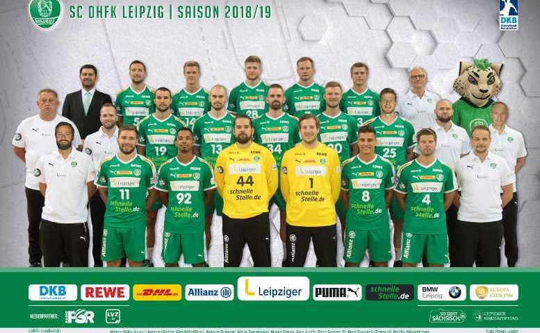 SC DHfK Leipzig - Handball Bundesliga Saison 2018-2019 - Hintere Reihe (v.l.n.r.): Karsten Günther (Geschäftsführer), Andreas Rojewski, Niclas Pieczkowski, Maciej Gębala, Aivis Jurdžs, Franz Semper, Dr. René Toussaint (Teamarzt), BalLEo (Maskottchen) – Mittlere Reihe (v.l.n.r.): Michael Biegler (Cheftrainer), André Haber (Co-Trainer), Bastian Roscheck, Maximilian Janke, Alen Milošević, Philipp Weber, Gregor Remke, Tillmann Quaas (Physio), Sebastian Weber (Physio) – Vordere Reihe (v.l.n.r.): Hagen Pietrek (Athletiktrainer), Lukas Binder, Raul Santos, Miloš Putera, Jens Vortmann, Lucas Krzikalla, Patrick Wiesmach, Prof. Dr. Pierre Hepp (Teamarzt) – Foto: Rainer Justen