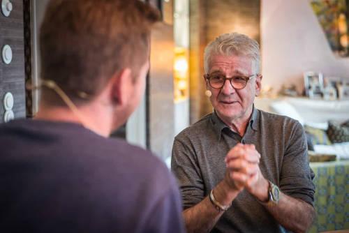 "Marcel Reif und SPORT1 Chef-Kolumnist Tobias Holtkamp im ""SPORT1 Podcast Lieber Fußball"" - Foto: Copyright: Podcastbande I Timo Knop"
