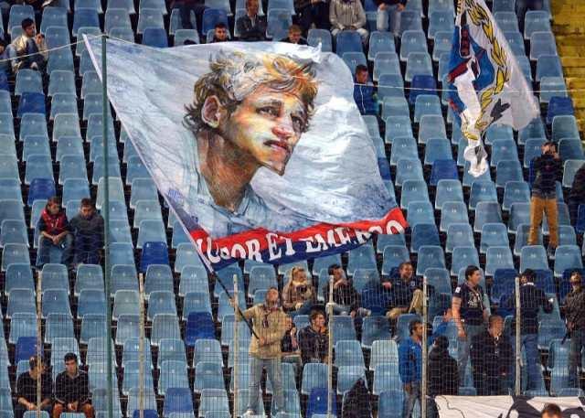 Un steag in peluza cu chipul lui Mihai Nesu.