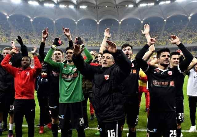 Fotbalistii dinamovisti May Mahlangu,Jaime Penedo si Jose Romera saluta galeria la final