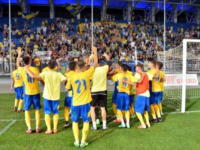 Fotbalistii Petrolului Ploiesti isi saluta suporterii la finalul jocului