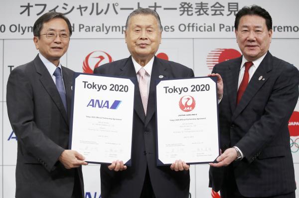 De gauche à droite, Osamu Shinobe, Président Directeur Général d'ANA ; Yoshiro Mori, Président de Tokyo 2020 et Yoshiharu Ueki, Président et Directeur délégué de JAL (Crédits - Tokyo 2020)
