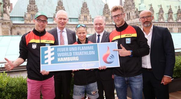 Michael Neumann, Sénateur en charge de la politique Intérieure et des Sports (au centre) avec les responsables de l'organisation (Crédits - ITU World Triathlon Hamburg)