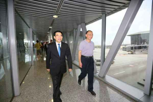 Wang Anshun et Liu Peng à leur arrivée à l'aéroport de Kuala Lumpur (Crédits - Pékin 2022)