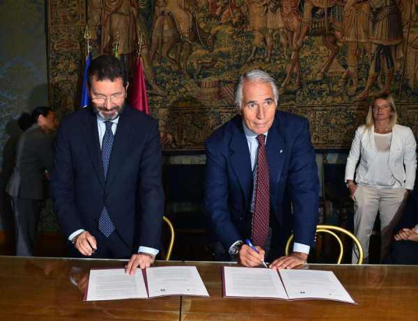 Le Maire de Rome, Ignazio Marino, et le Président du Comité Olympique Italien, Giovanni Malago, ont signé la lettre d'intention qui confirme la candidature aux JO 2024 (Crédits - CONI / Ferdinando Mezzelani / GMT)