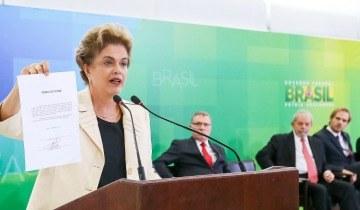 Dilma Rousseff présentant le décret de nomination de Lula au sein du Gouvernement brésilien (Crédits - Roberto Stuckert Filho / PR)
