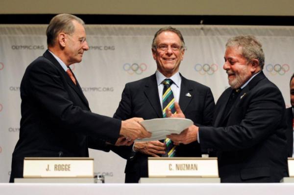 L'ancien Président du CIO, Jacques Rogge ; le Président du Comité d'Organisation de Rio 2016, Carlos Arthur Nuzman et l'ex-Président du Brésil, Lula lors de la signature du Contrat Ville-Hôte (Crédits – Rio 2016 / Arnaud Meylan)