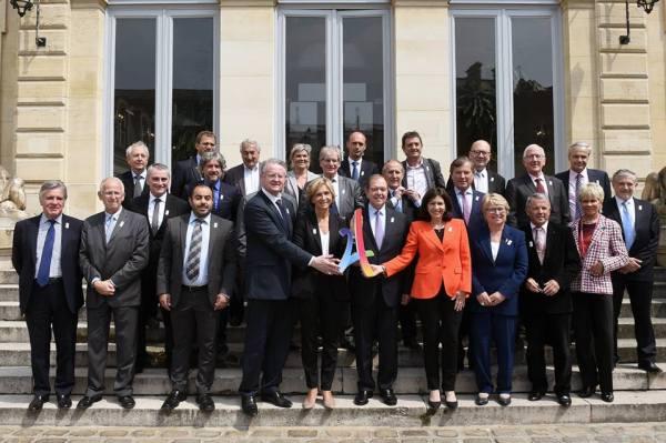Première réunion du Comité Sites et Territoires, avec au premier plan et au centre, Bernard Lapasset, coprésident de Paris 2024 ; Valérie Pécresse, Présidente de la Région Île-de-France ; Patrick Ollier, Président de la Métropole du Grand Paris ; et Anne Hidalgo, Maire de Paris (Crédits - Paris 2024)
