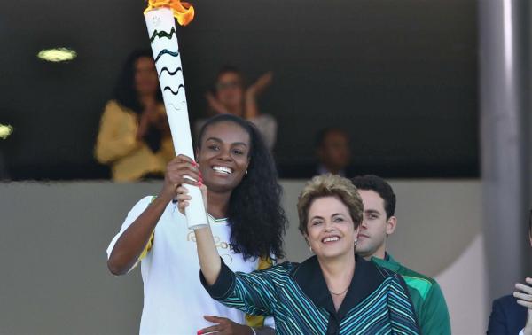Dilma Rousseff a accueilli la flamme olympique des JO 2016, le 03 mai à son arrivée à Brasília (Crédits – Rio 2016 / Célio Messias)