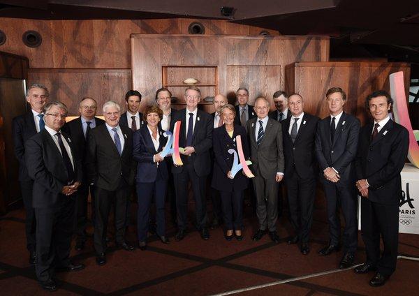 De  gauche à droite, Jean-Laurent Bonnafé (BNP Paribas), Frédéric Gagey (Air France), Philippe Yvin (Société du Grand Paris), Pierre-René Lemas (Caisse des Dépôts), Tony Estanguet (coprésident de Paris 2024), Stéphane Pallez (FDJ), Philippe Salle (Elior Group), Bernard Lapasset (coprésident de Paris 2024), Elisabeth Borne (RATP), Dominique Mahé (MAIF), Arnaud de Puyfontaine (Vivendi), Philippe Walh (La Poste), Augustin de Romanet (Paris Aéroports), Marc Antoine Jamet (LVMH), Sébastien Bazin (AccorHotels), Jean-Michel Geffroy (JCDecaux)
