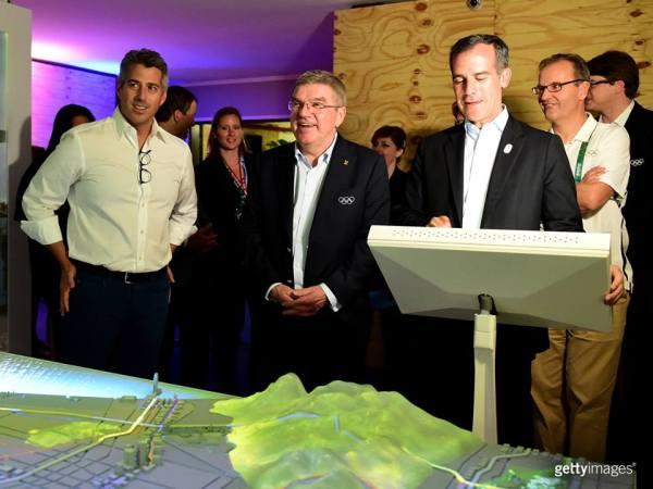Caseay Wasserman, Président de LA 2024 et Eric Garcetti, Maire de Los Angeles, ont été les guides de Thomas Bach ce soir (Crédits - LA 2024 / Getty Images)