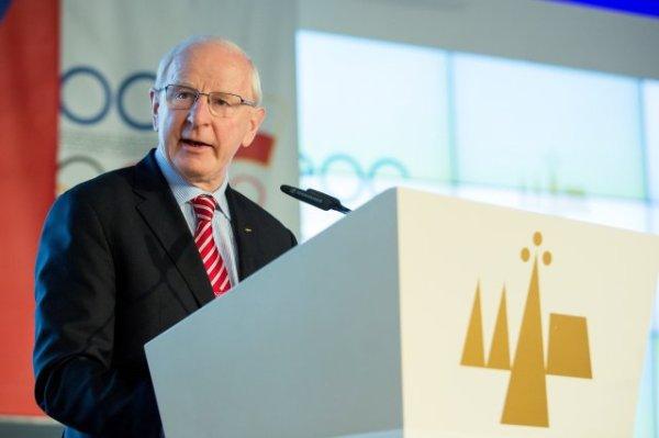 Patrick Hickey à la tribune de la 44ème Assemblée Générale des Comités Olympiques Européens (Crédits - COE)