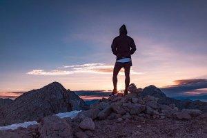 une personne marche en montagne, bon pour le corps et l'esprit