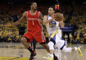 Golden State Warriors' Stephen Curry, right, drives the ball against Houston Rockets' Trevor Ariza during the second half of Game 1 of the NBA basketball Western Conference finals Tuesday, May 19, 2015, in Oakland, Calif. The Warriors won 110-106. AP PHOTO.