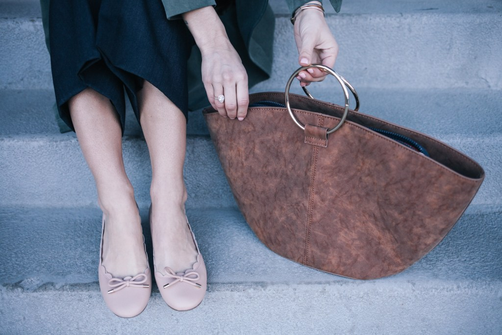 Blogger Mary Krosnjar wearing Kate Spade Scalloped Heels and Who What Wear Suede tote bag