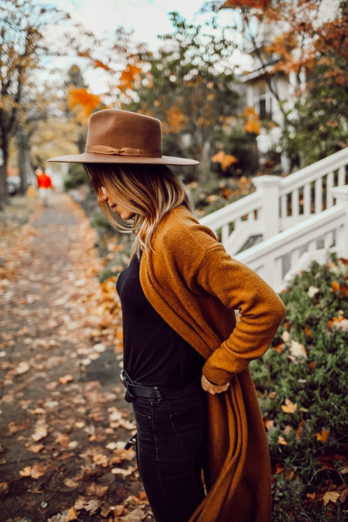 Blogger Mary Krosnjar wearing LOFT long cardigan and H&M boyfriend distressed denim