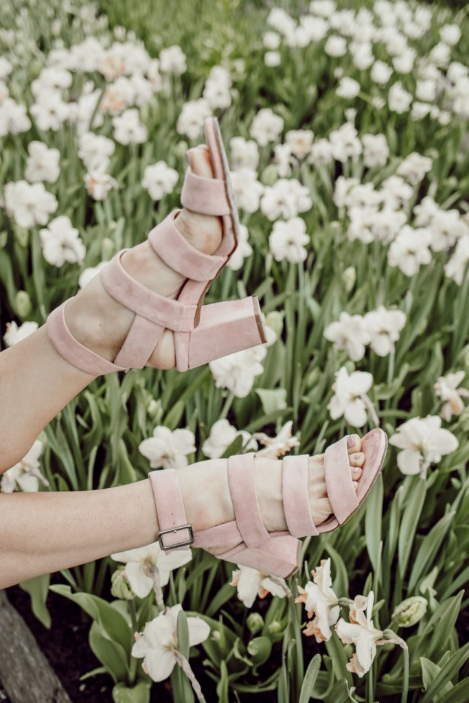 Seattle Fashion Blogger Sportsanista wearing Vionic Blair Pink Suede Sandals