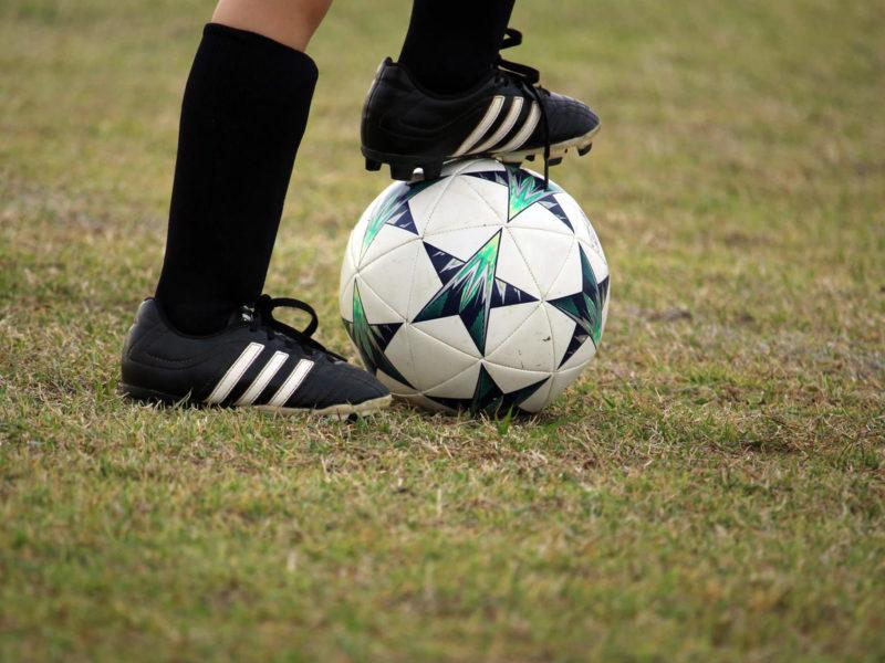 fussball-schuhe-ball