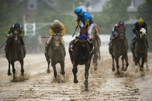 American Pharoah (center) wins the 2015 Preakness Stakes with Victor Espinoza aboard (Patrick Smith/Getty Images)
