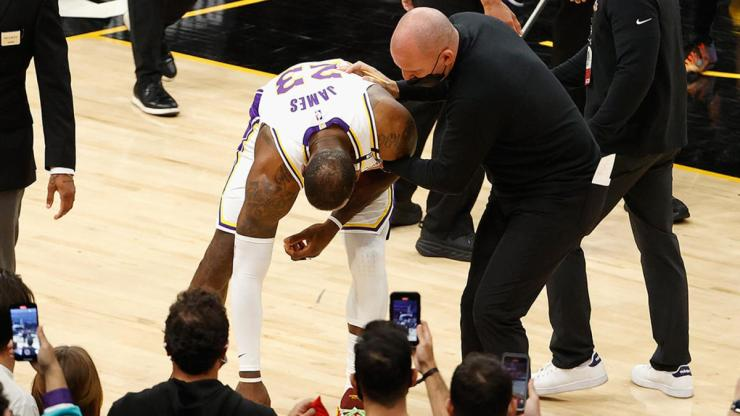 Lakers vs. Suns: Frank Vogel calls Chris Paul's foul on LeBron James 'dangerous' and 'overly aggressive' - CBSSports.com