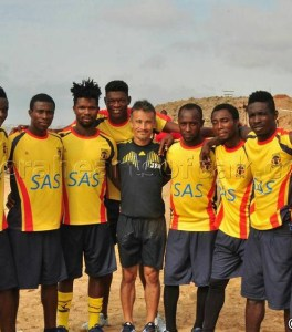 Hearts-coach-with-his-players-in-pre-season-560x637