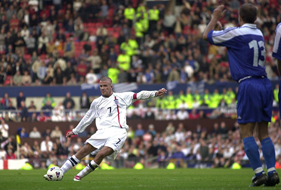 Beckham-scores-and-sends--019
