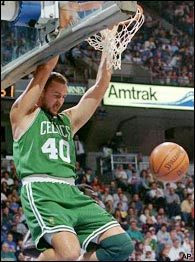 Dino Radja haciendo un mate cuando jugaba en Boston Celtics