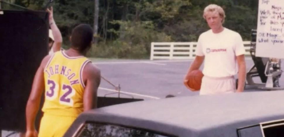 Larry Bird y Magic Johnson mirándose