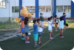 子供たちのラジオ体操参加率を高めたい!JAPANサッカーカレッジのふかふかの人工芝グラウンドで地元小学生と一緒にラジオ体操とミニサッカー開催!