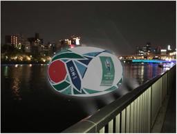 全長約10mのラグビーボールが水都大阪の川面に出現!