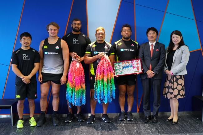 J:COMがラグビー日本代表を応援!!全国から集めた千羽鶴を日本代表選手に贈呈
