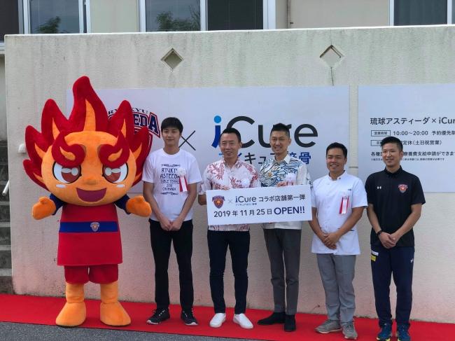 左からてぃーだくん、江宏傑選手、早川周作社長、小泉英一社長、北峯剛司院長、石原脩剛トレーナー
