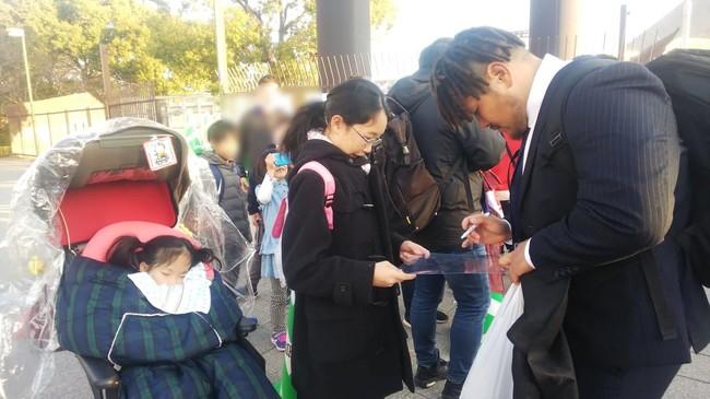 試合に来た病児とご家族にサインする高島卓久馬選手(近鉄ライナーズ)