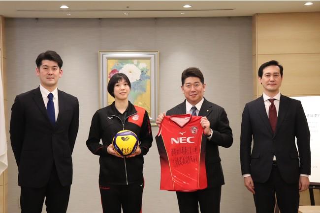 左から、金子監督、山内選手、福田市長、野田部長