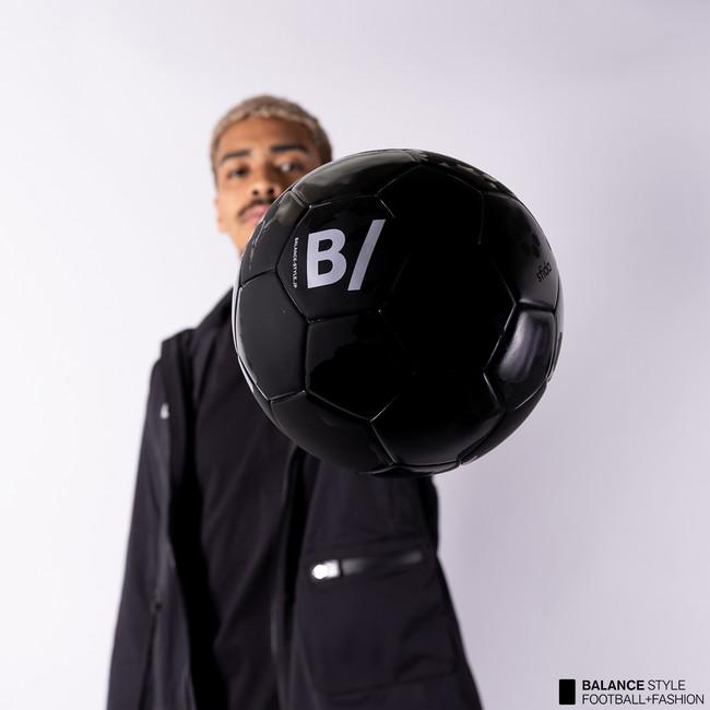 """サッカーを身に纏うライフスタイルブランド""""B/(ビースラッシュ)""""が、世界地図を転写したオールブラックのサッカーボールを発売!"""