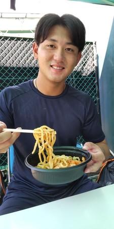 油そばを食べる平内龍太投手