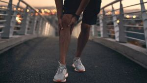 What can cause pain in the back of the knee when straightening the leg?