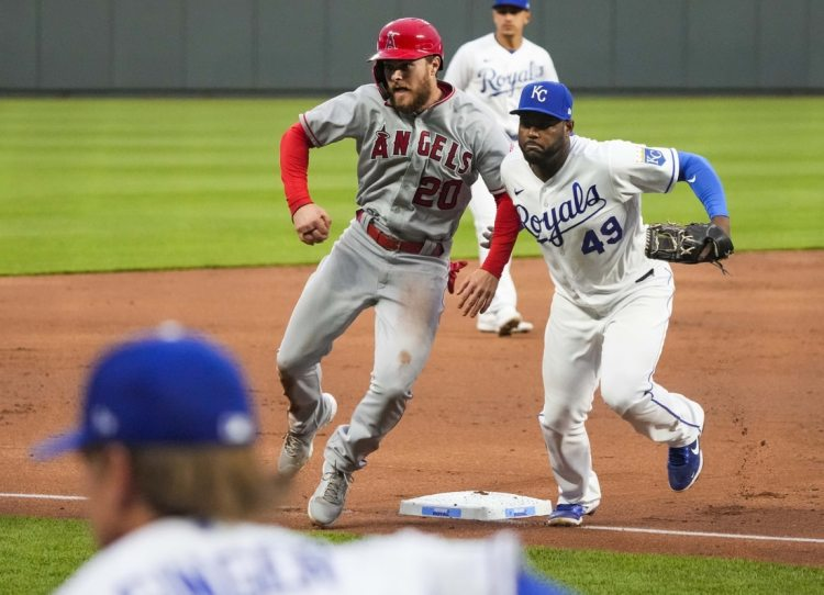 Los Angeles Angels take advantage of Royals' mistakes