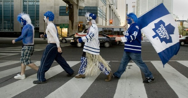 Toronto Maple Leafs fans arrive at Toronto's Air Canada Centre for the teams first home game of the NHL season in Toronto, October 11, 2008. REUTERS/Fred Thornhill (CANADA)