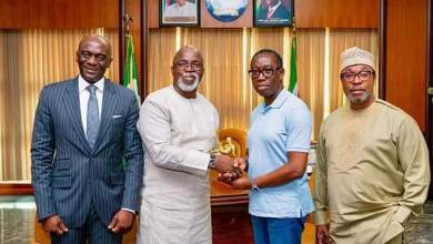 Photo of Pinnick presents Pitch Awards gong to Governor Okowa