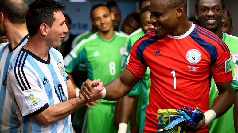Messi and Enyeama exchanging words before the clash between Nigeria and Argentina in 2014