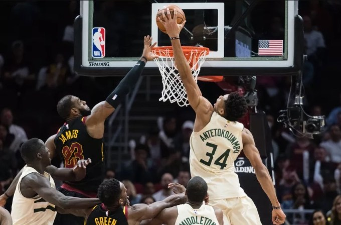 Giannis Antetokounmpo dunks for Milwaukee Bucks
