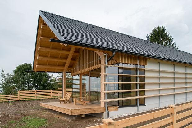 O casa de lemn ce urmeaza panta colinelor din jur