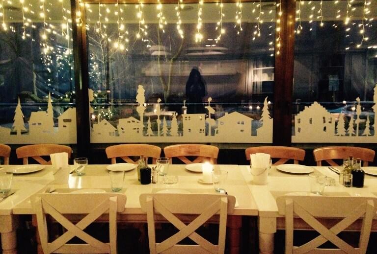 Magia sărbătorilor de iarnă adusă într-un restaurant bucureştean prin visual merchandising