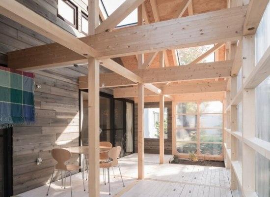 O casă pe structură de lemn, încălzită de soare