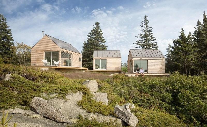 O casă de vacanţă perfectă pentru un teren accidentat, formată din 3 căbănuţe din lemn interconectate