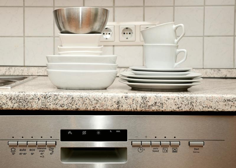 Maşina de spălat vase vs spălat manual. Tu ce preferi?