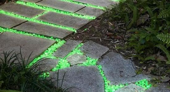 O soluție strălucitoare de amenajare: pietricele fosforescente decorative