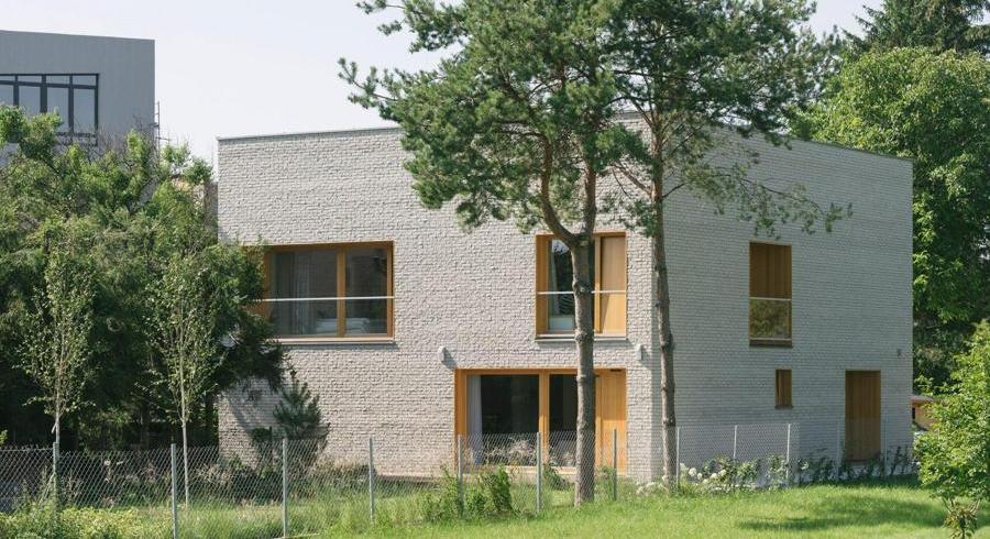 O casă pentru o familie numeroasă, pe un teren mic dintr-o zonă urbană aglomerată